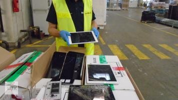 Setki zepsutych telefonów i tabletów przechwycili poznańscy celnicy
