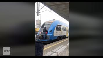 Uczepił się pociągu i przejechał tak kilka przystanków [VIDEO]