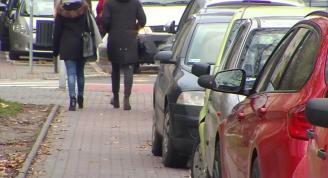 Chodniki będą wreszcie dla pieszych, nie dla samochodów? Jest projekt zmian w prawie drogowym